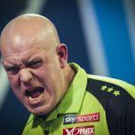 Van Gerwen wint met ruime cijfers van Aspinall en staat in finale