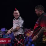 Peter Wright pakt belangrijke punten in duel met Michael Smith